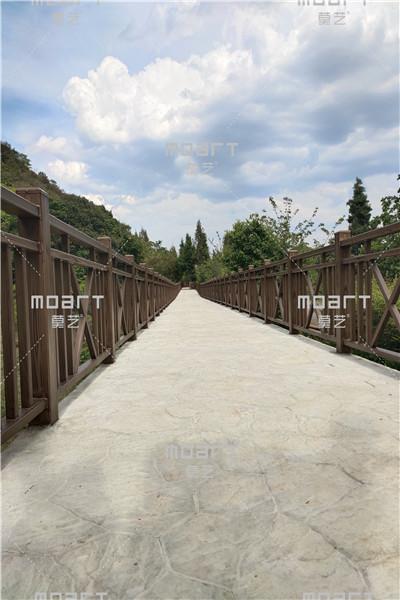 云南省可邑小镇钢构护栏扶手现场施工木纹漆